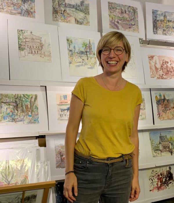Sibylle Lienhard vor ihren Originalzeichnungen bei der Ausstellungseröffnung der Rumpenheimer Kunsttage 2019